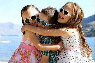 Детские солнцезащитные очки: как выбрать и не навредить